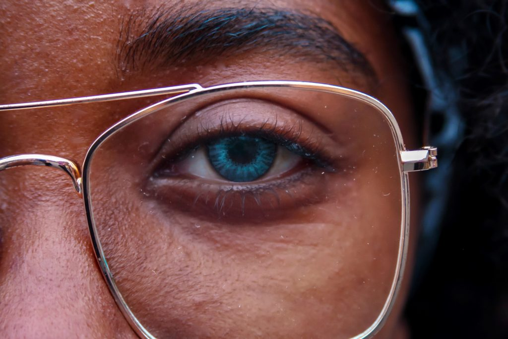 can-you-wear-blue-light-blocking-glasses-with-contacts